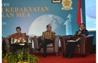 """Menteri Perindustrian Saleh Husin bersama Menteri Tenaga Kerja Hanif Dhakiri memberikan paparannya dalam acara Kafegama Initiatives dengan tema """"Menumbuhkan Ekonomi Kerakyatan Untuk Memenangkan MEA"""" di Hotel Borobudur Jakarta, 16 Februari 2016. (Suara Pembaruan)"""