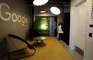 Seorang pekerja melintas disalah satu ruangan markas teknik Google baru di Kitchener-Waterloo, Ontario, Kanada, 14 Januari 2016. REUTERS/Peter Power