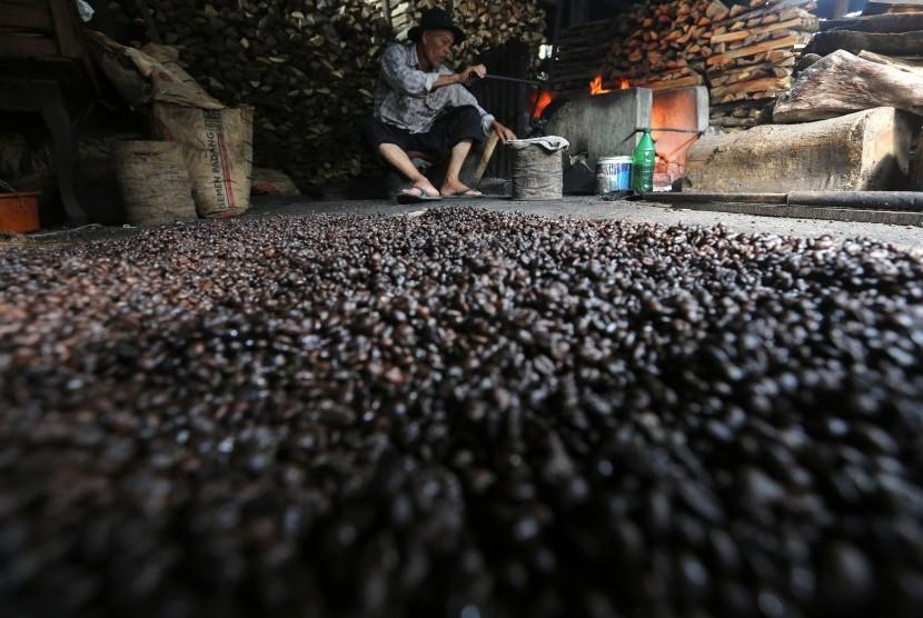 Pekerja memasak kopi jenis robusta secara tradisional di salah satu tempat produksi pengolahan bubuk kopi di Desa Ie Masen, Kecamatan Ulee Kareng, Banda Aceh, Aceh, Rabu (17/2)