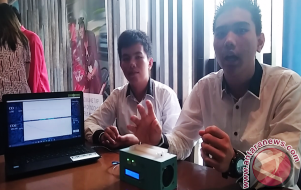Aan Arian Nanda (17) dan Feriawan Tan (17), siswa-siswa asal SMA 1 Tarakan, Kalimantan Utara, pencipta D'Box CC (ANTARA News/ Lia Wanadriani Santosa)