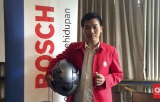 Kristiawan Manik dari Surabaya mewakili timnya untuk memamerkan hasil kembangannya yaitu Androsys atau helm anti-kantuk (CNN Indonesia/ Hani Nur Fajrina)