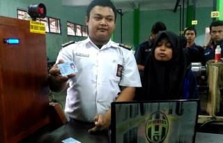 Wildan Pangestu (18) dan Ajizah Fatonah (18) mendemonstrasikan karya ilmiah mereka bernama Kunci Rumahku Pakai E-KTP' di bengkel SMK Negeri 2 Kota Bandung, Jalan Ciliwung, Senin (21/11/2016). TRIBUN JABAR/TEUKU MUH GUCI S