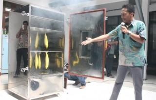 Stedi Yoga Santosa, saat menunjukan cara kerja alat pengasap ikan tanpa asap yang ia ciptakan. Alat ini dinilai ramah lingkungan dan hemat biaya.