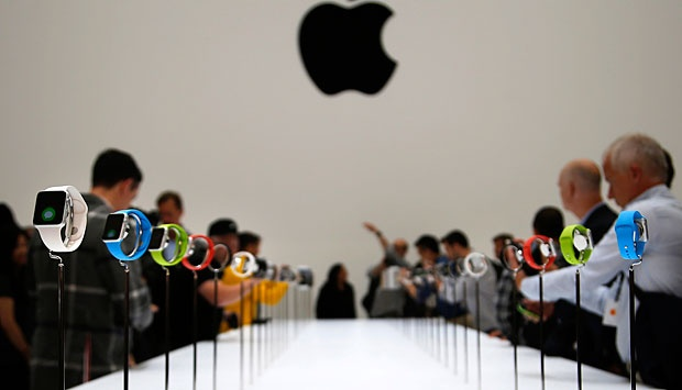 "Para wartawan memperhatikan produk terbaru Apple ""Watch"" di Cupertino, California, 10 September 2014. REUTERS/Stephen Lam"