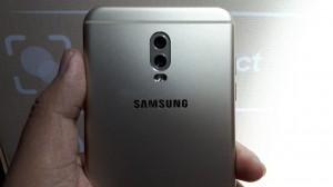 Tampak belakang Samsung Galaxy J7+. Liputan6.com/ Yuslianson
